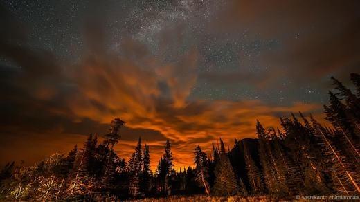 Những ráng vàng được nhiếp ảnh gia Sashikanth Chintla ghi lại trên bầu trời công viên quốc gia Glacier.