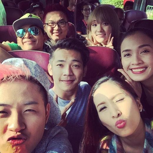 Nam ca sĩ Thanh Duy cùng với những nghệ sĩ khác của chương trình Gương mặt thân quen đang cùng nhau đến mái ấm tình thương để giúp đỡ những mảnh đời khó khăn đang cần sự giúp đỡ tại đây.