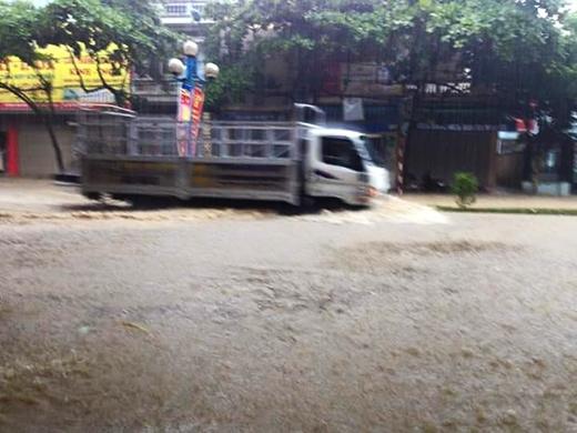 Nhiều nơi đã xảy ra mưa to, khiến nhiều tuyến đường bị ngập nhẹ