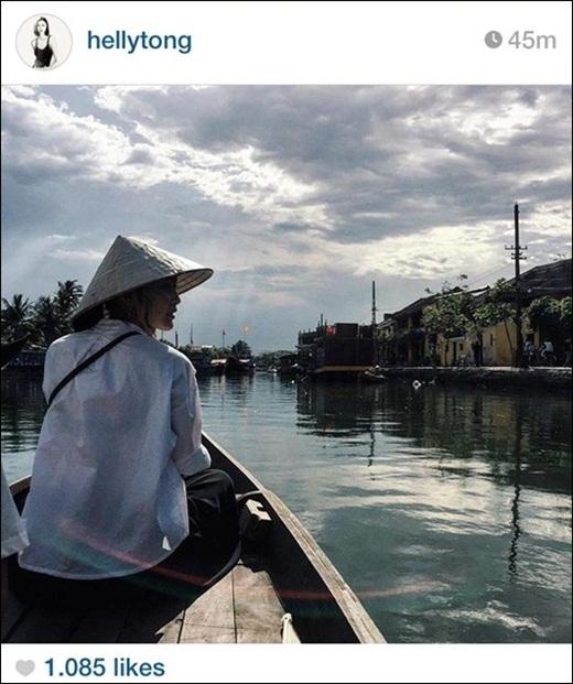 Helly Tống khiến nhiều người phải 'lắng mình' lại khi ngắm nhìn bức ảnh này của cô. Người con gáiViệtđội chiếc nón lá, ngồi thuyền, lênh đênh trên sông nước. Hình ảnh vô cùng đẹp này nhanh chóng nhận được sự quan tâm của nhiều bạn trẻ. Qua bức hình củaHelly Tống mọi người lại thấy yêu đất nước và con ngườiViệt Nam nhiều hơn nữa.