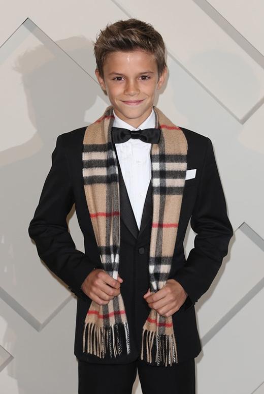 """Cuối năm 2014, cậu con trai thứ hai của danh thủ nổi tiếng David Beckham và Victoria đã xuất hiện trong một đoạn quảng cáo của nhãn hàng nổi tiếng Burberry. Đoạn clip được thực hiện dành cho đợt quảng bá vào mùa lễ hội của nhãn hàng với tên gọi """"From London With Love"""". Đã có nguồn tin cho rằng Romeo kiếm được 71 ngàn USD (gần 1,5 tỉ đồng) thông qua quảng cáo này. Cụ thể cậu bé đã phải """"lao động"""" trong 8 tiếng đồng hồ để quay quảng cáo, đồng nghĩa với việc cậu được trả khoảng 148 USD (tương đương hơn 3 triệu đồng) cho một phút làm việc. Phía đại diện nhãn hàng đã từ chối trả lời về số tiền phải trả cho Romeo."""