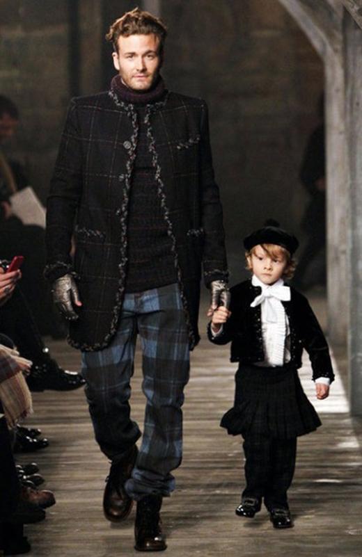 Hudson Kroenig, con trai 6 tuổi của siêu mẫu nam Brad Kroenig đã tham gia vào sàn catwalk lần đầu tiên khi mới lên 2, cậu chàng đã nhiều lần được tham gia và xuất hiện ở vị trí đặc biệt trong các show của Chanel. Hudson được đánh giá là một trong những người mẫu sáng giá trong tương lai.