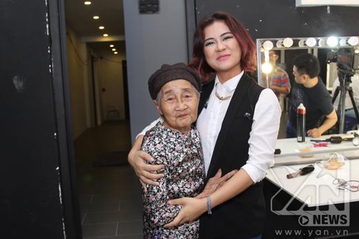 Bà ngoại của Hà Nhi đã đến để động viên cháu gái mình.