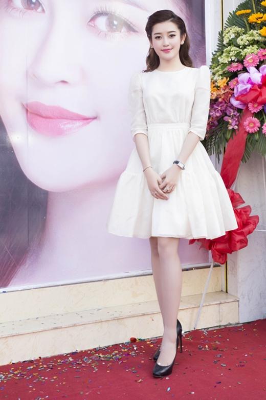 Tham dự một sự kiện tại TP.HCM, Á hậu Huyền My lựa chọn chiếc váy xòe với phom dáng cổ điển của NTK Lê Thanh Hòa.
