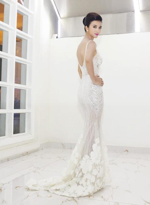 Chiếc đầm trắng đuôi cá khoét lưng của Kim Tuyến mặc dù không quá nổi bật nhưng xét về sự thanh lịch, gợi cảm thì cũng không hề kém cạnh những mỹ nhân khác.