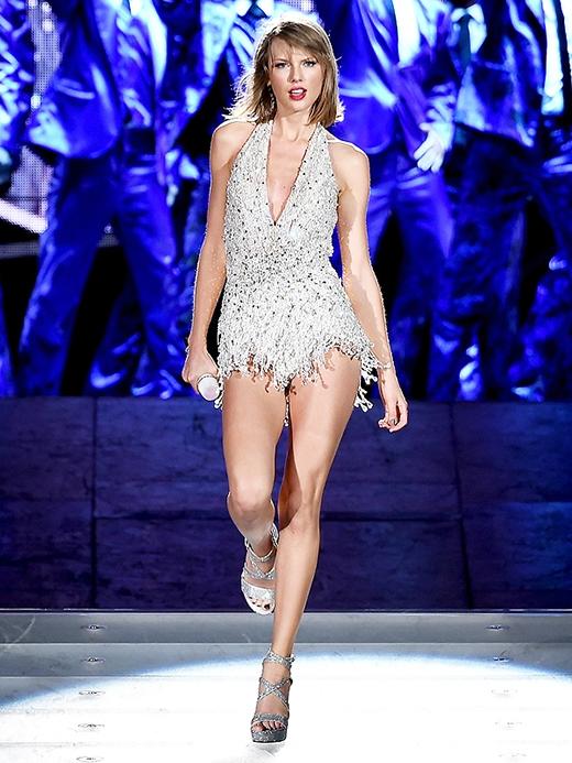 Trang phục của cô nàng được lấy cảm hứng từ thương hiệu đồ lót nổi tiếng.