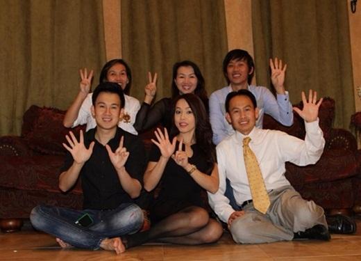 Mỗi khi có dịp, 6 anh em cùng nhau lại chụp ảnh kỷ niệm. Thứ tự anh em trong nhà được mọi người thể hiện bằng ký hiệu các ngón tay. - Tin sao Viet - Tin tuc sao Viet - Scandal sao Viet - Tin tuc cua Sao - Tin cua Sao