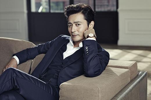 Mặt khác, về hạng mục nam thì 'nam thần' U40 Jang Dong Gun đã chiếm số phiếu bình chọn cao nhất (12 phiếu).