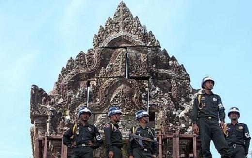 Quân đội Campuchia làm nhiệm vụ giữ đền trong cuộc tranh chấp giữa hai nước.