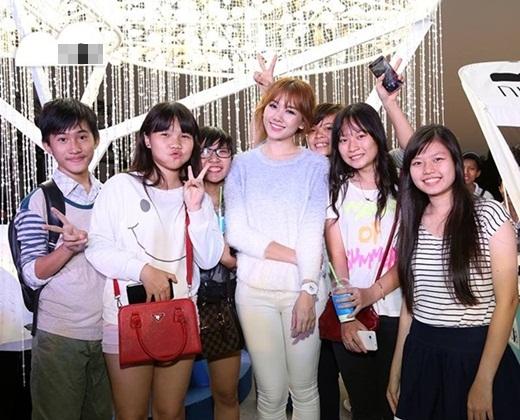 Bất cứ nơi đâu Hari Won xuất hiện cũng đông kín fan vây quanh và cô cũng là một nghệ sĩ nổi tiếng hòa đồng và rất chiều fan của mình. - Tin sao Viet - Tin tuc sao Viet - Scandal sao Viet - Tin tuc cua Sao - Tin cua Sao