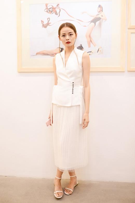 Chân dài Hoàng Oanh ghi điểm với phong cách phối hợp trang phục cùng tone màu trắng chủ đạo. Bộ trang phục kết hợp giữa áo có kiểu dáng lạ mắt cùng chân váy voan xếp li mềm mại, điệu đà.