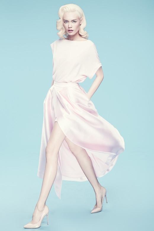 Lấy sắc hồng pstel làm chủ đạo, bộ trang phục kết hợp giữa áo phom rộng cùng chân váy xẻ tà tạo nên một tổng thể khá lạ mắt.