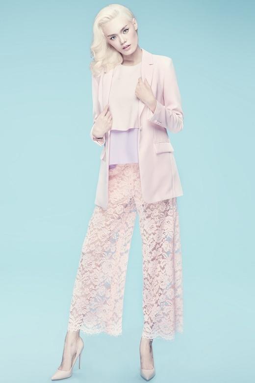 Thiết kế cũng tạo nên sự tương phản về cảm quan, chất liệu giữa phần áo vest kết hợp áo voan xếp tầng ở phần trên khi phối cùng chiếc quần ren độc đáo.