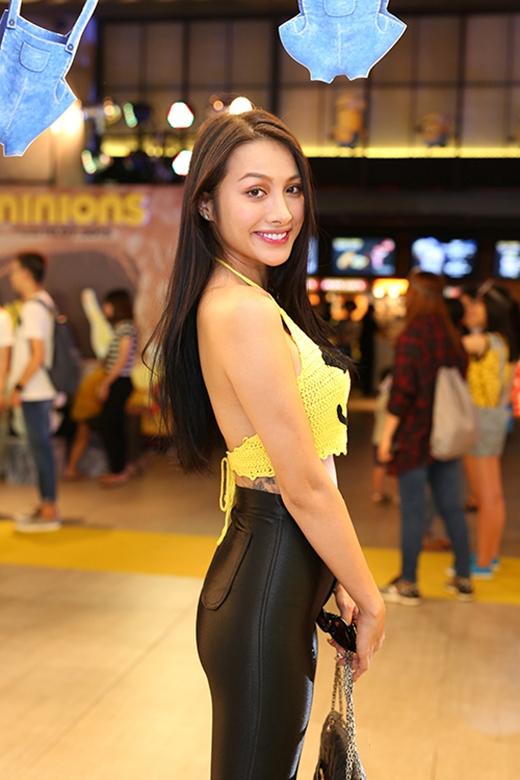 Trương Nhi lộ rõ vòng 3 khiêm tốn khi diện chiếc quần da bó sát. Song song đó, chiếc crop top cổ yếm bằng chất liệu len đan móc cũng khiến nhiều người lầm tưởng nữ diễn viên đang diện bikini hợp mốt đi sự kiện.