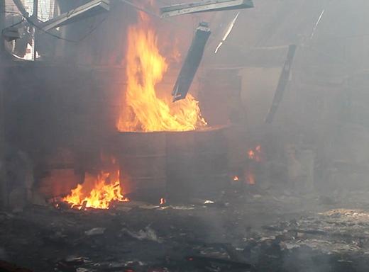 Đám cháy thiêu rụi nhiều tài sản bên trong nhà xưởng