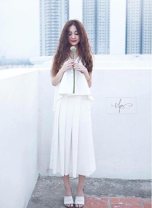Jun Vũ diện bộ đồ trắng, trang điểm khá lạ mắt và chụp hình trên sân thượng tòa nhà. Có nhiều người không nhận ra cô hot girl Việt nổi tiếng trên đất Thái. Đa số những người hâm mộ vẫn dành cho cô những lời khen không ngớt bởi vẻ ngoài xinh đẹp và dễ thương của Jun Vũ.
