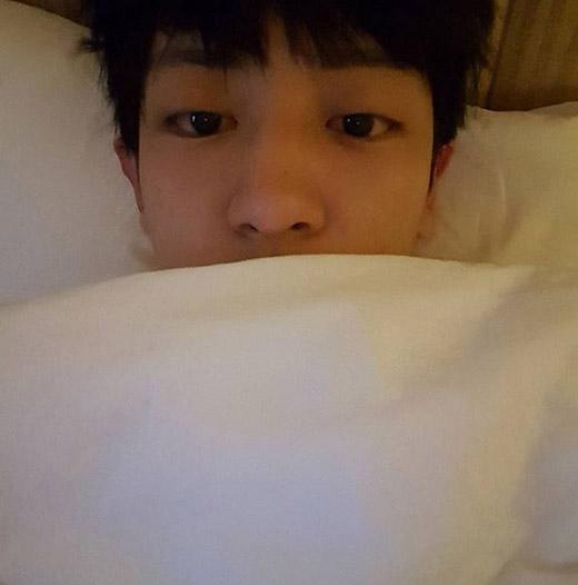 Chanyeol 'chiêu đãi' fan bằng một tấm ảnh tự sướng vào sáng sớm. Tuy nhiên, anh chàng vô cùng hoảng hốt với gương mặt mình và chia sẻ: 'Ôi, mắt hai mí của tôi đâu mất rồi?'.