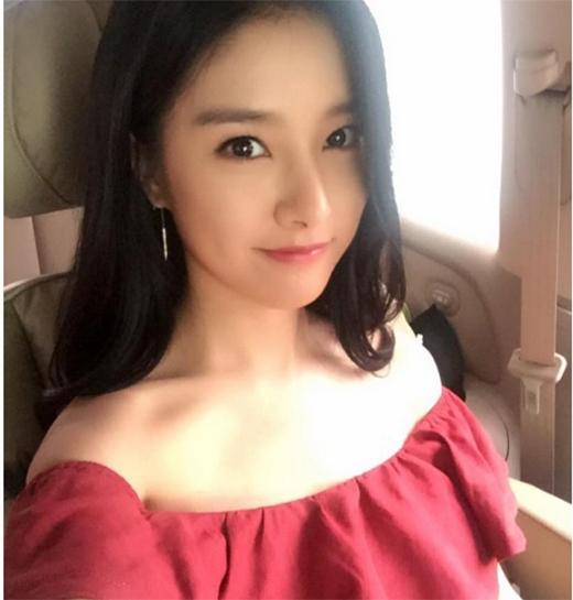 Kim So Eun cực xinh đẹp trên đường đến dự họp báo ra mắt phim mới.
