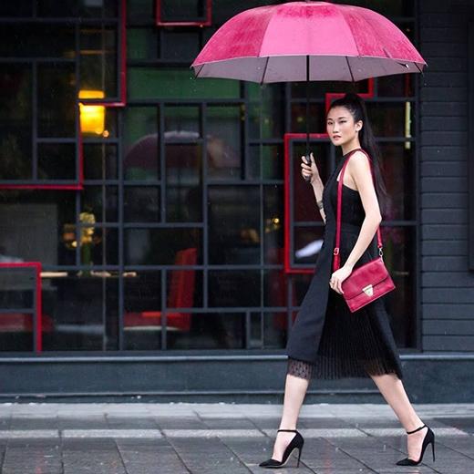 Những chiếc váy ngắn cùng chi tiết xếp li thể hiện sự ngọt ngào, nữ tính pha chút mạnh mẽ luôn được đo ni đóng giày cho chân dài Kha Mỹ Vân.