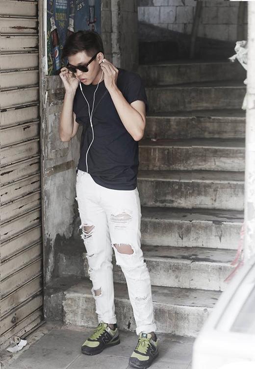 Stylist Trần Đạt đơn giản nhưng không làm mất đi chất riêng với áo phông trơn màu đen phối cùng quần jeans rách tương phản tông trắng.