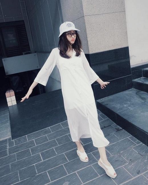 Angela Phương Trinh diện cả cây trắng kết hợp váy dài lấy phom từ áo sơ mi, giày sandal đế bánh mì lạ mắt cùng mũ tai bèo cá tính.
