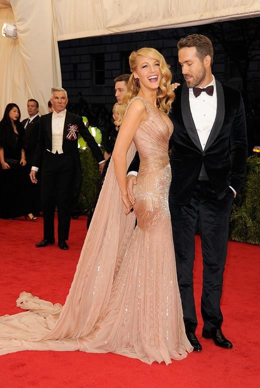 """Ryan Reynolds chắc hẳn đã bị vòng một của bạn diễn """"mê hoặc"""" tại sự kiện Met Gala."""