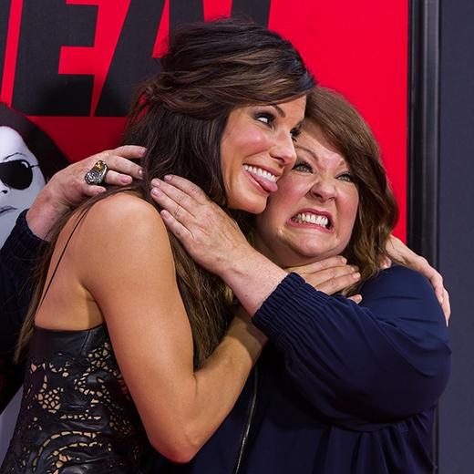 Melissa McCarthy và Sandra Bullock bóp cổ nhau tại một buổi công chiếu phim.