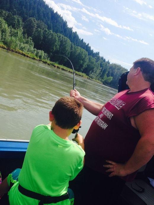"""Chú bé bắt đầu gắng sức kéo, tất nhiên là có sự trợ giúp của bố cậu và người hướng dẫn viên bởi con cá quá lớn. Cậu bé đã """"vật lộn"""" khá lâu với con cá khổng lồ. Bố cậu cũng liên tục tiếp sức cho cậu con trai của mình."""