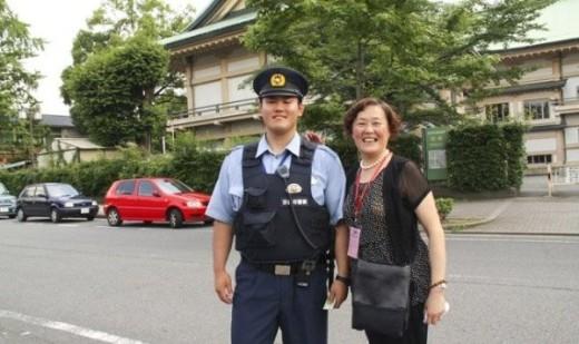 Cảnh sát ở Nhật Bản rất tốt bụng, thân thiện, vui vẻ và hài hước. Nếu người dân quên mang tiền, họ có thể mượn tiền từ các cảnh sát và luôn được giúp đỡ.