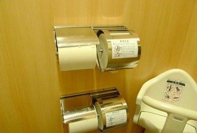 Tránh trường hợp rơi vào trường hợp dở khóc dở cười, các nhà vệ sinh ở Nhật Bản thường được để rất nhiều giấy.