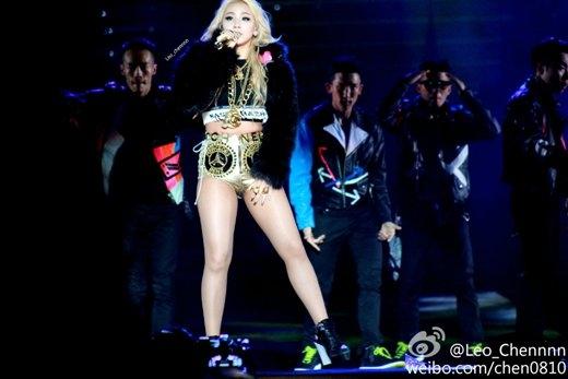 Khỏi phải nói CL (2NE1) nhận chỉ trích dữ dội cỡ nào khi diện cả đồ bơi lên sân khấu. Không chỉ vậy, trong concert của 2NE1, cô nàng trưởng nhóm này vẫn tiếp tục 'hớp hồn' fan bằng trang phục ngắn đầy quyến rũ.