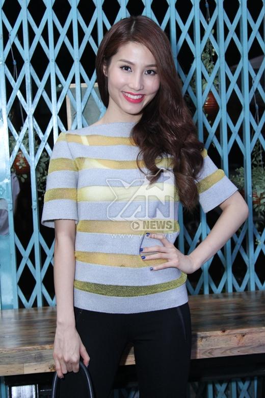 Diện bộ trang phục đơn giản nhưng Diễm My vẫn nổi bật và thu hút sự chú ý của nhiều người - Tin sao Viet - Tin tuc sao Viet - Scandal sao Viet - Tin tuc cua Sao - Tin cua Sao