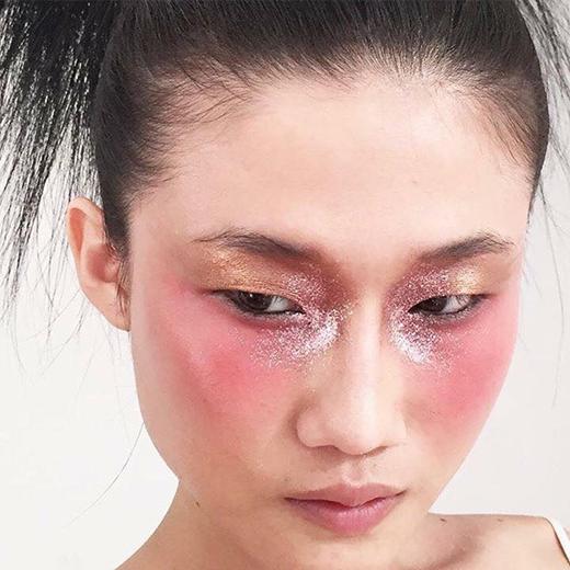 Phần trang điểm cũng khá tự nhiên tập trung điểm nhấn vào màu mắt hồng ánh nhũ tán rộng ra phí đuôi mắt và xương gò má.