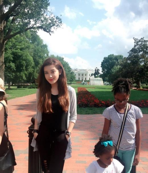 Trải qua chuyến bay dài 19 tiếng bằng chuyên cơ, cô đã đến thủ đô Washington DC và có dịp tham quan Nhà Trắng. - Tin sao Viet - Tin tuc sao Viet - Scandal sao Viet - Tin tuc cua Sao - Tin cua Sao