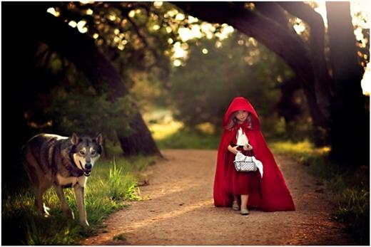 Hẳn các bạn đã nhận ra cô bé quàng khăn đỏ trong câu chuyện cổ tích quen thuộc.