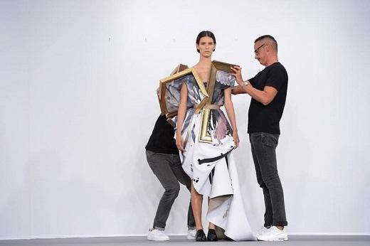 Mẫu thiết kế độc đáo của Viktor & Rolf khiến giới điệu mộ thời trang phải trầm trồ ngưỡng mộ.