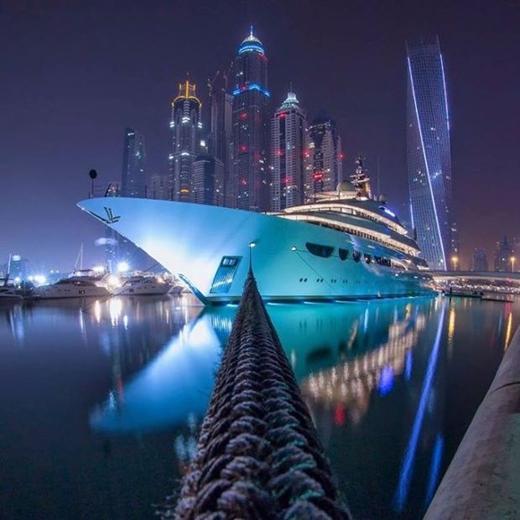 Một con tàu cao cấp bên bờ cảng