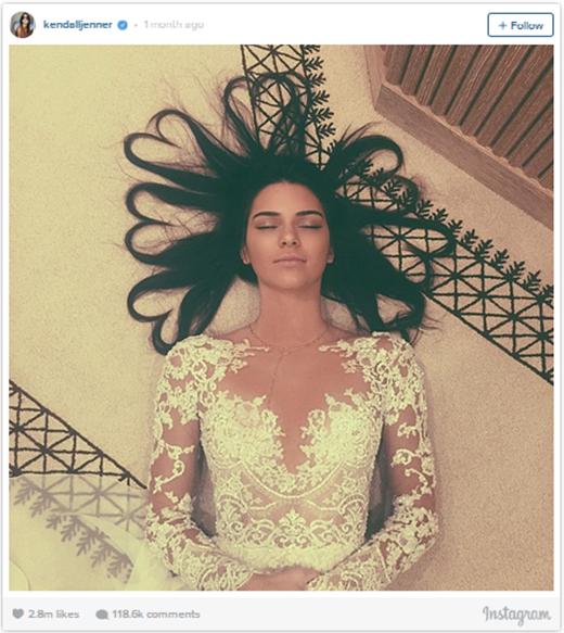 Vào 25/5/2015 một nhân vật đình đám khác lại 'nhảy' vào cuộc chiến, đó là người bạn thân của Justin - siêu mẫu Kendall Jenner.Cô nàng đã đăng bức ảnh của mình trong bộ váy tuyệt đẹp và bất ngờ nhận được 2.8 triệu lượt thích, đánh bại toàn bộ 'công sức' của Justin và Kim từ trước đến giờ.