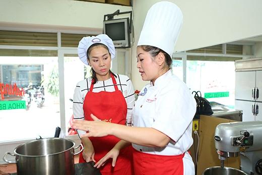 Thu Minh chăm chú nghe chuyên gia ẩm thực hướng dẫn... - Tin sao Viet - Tin tuc sao Viet - Scandal sao Viet - Tin tuc cua Sao - Tin cua Sao