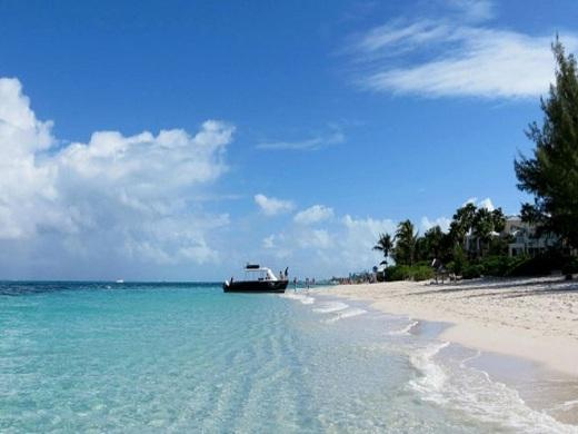 Bãi biển đẹp, xanh ngắt cùng với cát trắng, những khu resort sang trọng, dịch vụ tốt .