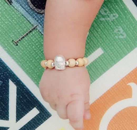 Sau màn khoe môi của con trong những hình ảnh trước, mới đây Thu Thủy lại tiếp tục khoe bàn tay nhỏ xinh của bé. Đồng thời cô cũng muốn khoe sợi dây chuỗi mà cô đã mua được cho cậu con trai của mình.