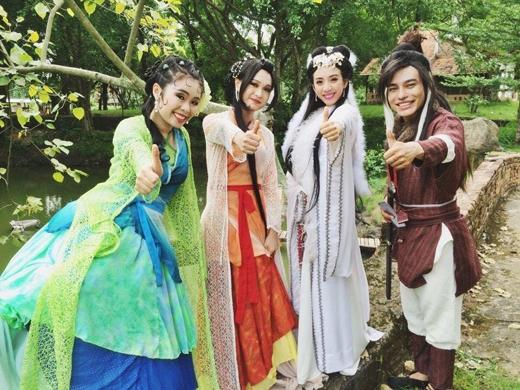 'Hoa hậu hài' Thu Trang đã gửi đến các fans hâm mộ hình ảnh mới nhất của cô. Có thể thấy trong hình, cô cùng với các bạn đồng nghiệp của mình đã có màn hóa trang đầy công phu, chắc hẳn đây lại tiếp tục là một trong những nhân vật mà Thu Trang sẽ hóa thân vào.