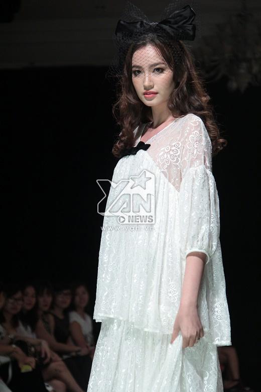 Trong show diễn còn có sự tham gia của người đẹp Trương Tri Trúc Diễm. Cô diện chiếc váy ren phom rộng nhiều tầng và giữ vai trò vedette cho một bộ sưu tập khác.