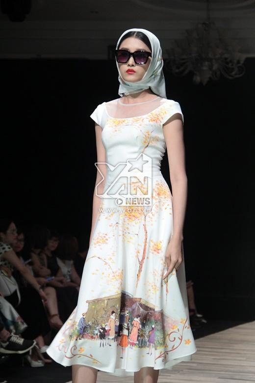 Trong BST mà Hà Anh trình diễn còn giới thiệu những mẫu váy xòe cổ điển điệu đà, nữ tính lấy họa tiết vẽ tay bằng sơn dầu làm ý tưởng chủ đạo. Những bức tranh về cuộc sống từ những chi tiết nhỏ nhất đã được tái hiện một cách chân thực, sinh động.
