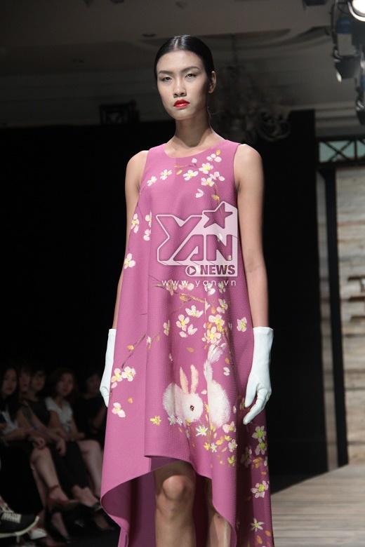 Phom váy chữ A kết hợp cùng dáng váy mullet với sắc tím lãng mạn.