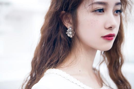 Cách trang điểm khác lạ và những bộ đồ thời trang đơn giản đã làm nổi bật lên cá tính cũng như nét đẹp của Jun Vũ.