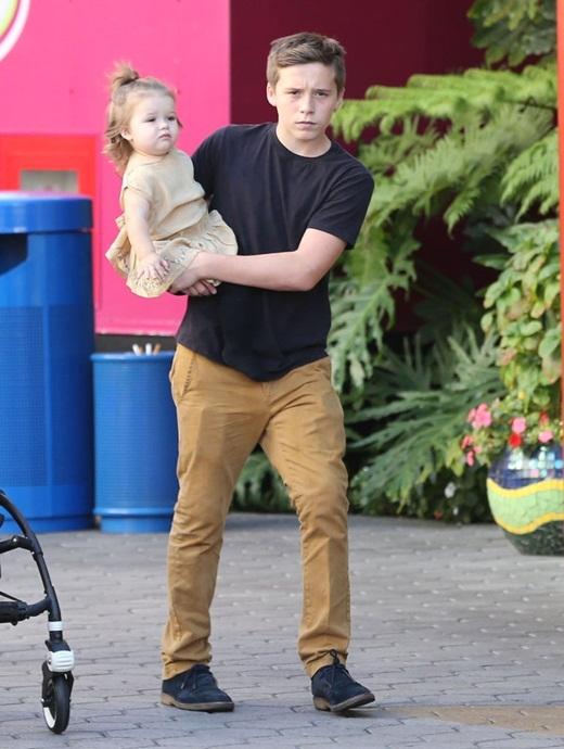 Khi không có bố bên cạnh, cậu cả luôn là người bế bé Harper.