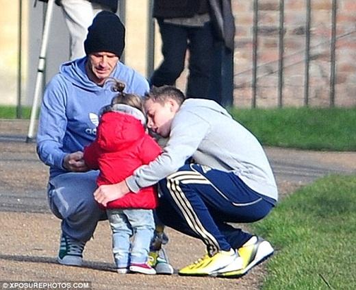 Chắc chắn ai cũngtan chảytrước hành động Brooklyn cùng bố Beckham âu yếm vỗ về khi Harper bị té ngã sóng xoài.