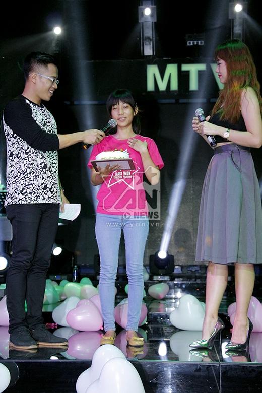 Nữ ca sĩ khiến một fan xúc động khi bất ngờ mang bánh kem mừng sinh nhật cho bạn ấy. - Tin sao Viet - Tin tuc sao Viet - Scandal sao Viet - Tin tuc cua Sao - Tin cua Sao