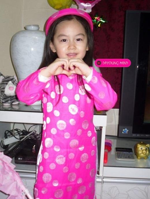Da Young đáng yêu trong bộ áo dài Việt Nam.